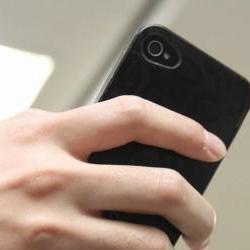日媒:玩手机过度会导致小手指变形?