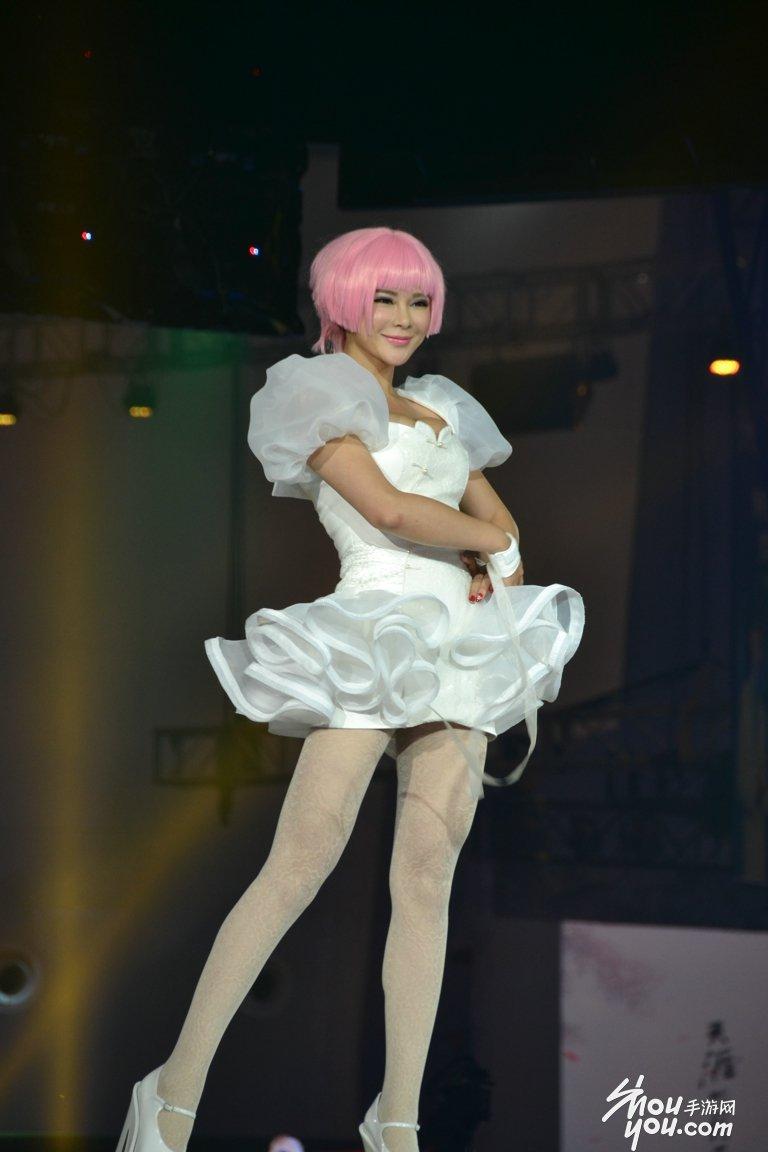香港金像奖造型师余家安为《剑灵》设计的服装亮相活动现场