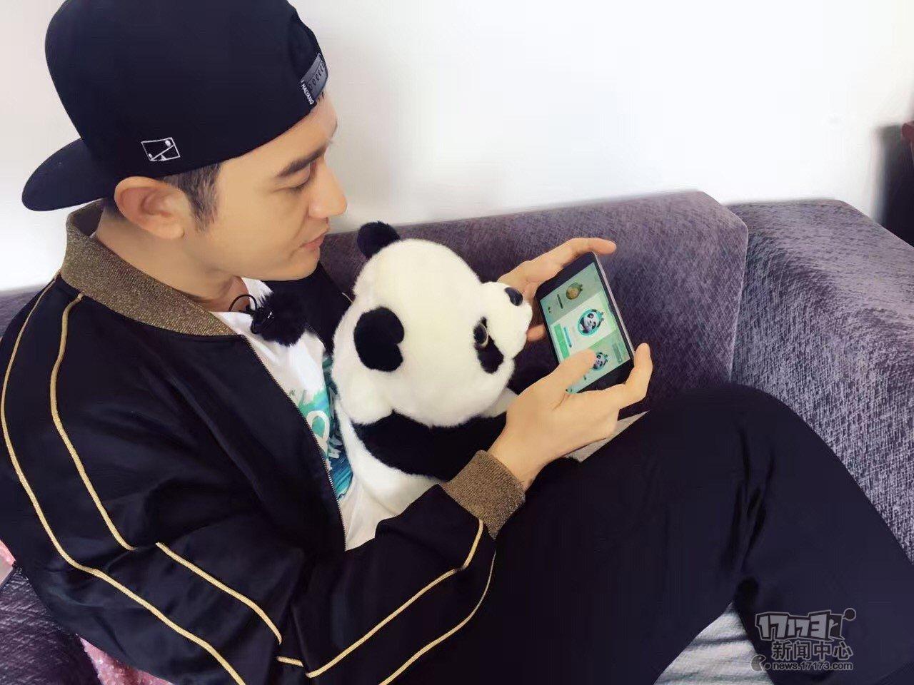 8月17日消息,史玉柱发布微博,透露著名影星黄晓明也在玩《球球大作战》的消息。史玉柱爆料称:(黄晓明)现在正带熊猫宝宝结识球球大作战里的熊猫大侠。   巨人网络旗下《球球大作战》是2015年以来最热门的休闲电竞手游,在此前公布的数据中,该游戏全球已积累超过1.3亿设备持有量,风靡于全世界95后及00后玩家之间。 这股潮流旋风同时也刮到了演艺界及体育界。继著名主持人李晨nic,跑男郑恺、王祖蓝之后,根据央视报道,里约奥运会上使用洪荒之力爆红的新晋泳将傅园慧,也是《球球大作战》的忠实玩家。 如今教主